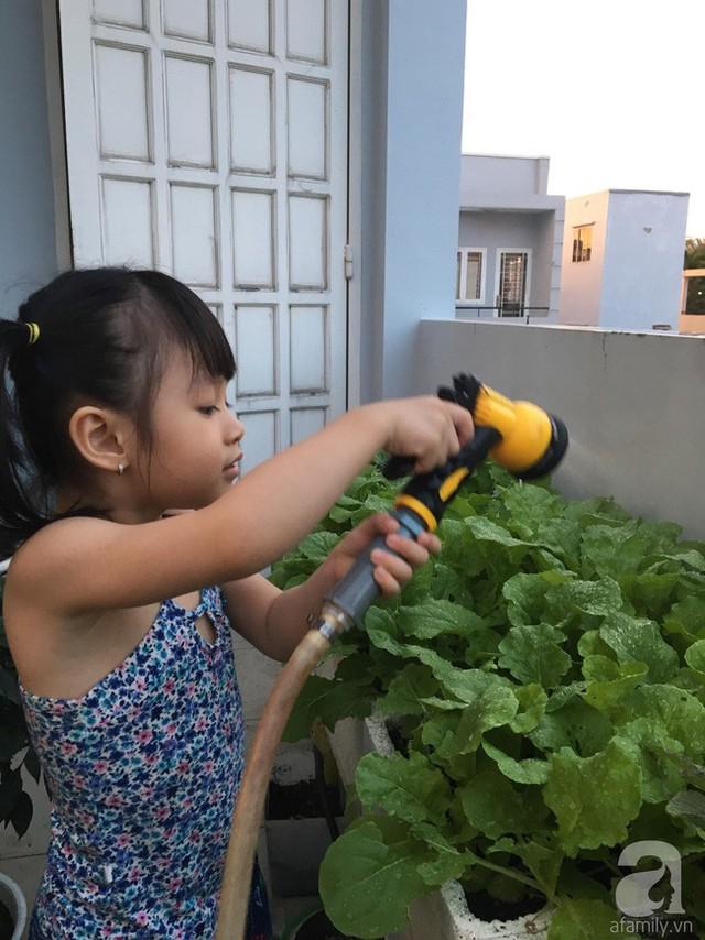 Con gái của anh cũng rất thích chăm sóc vườn rau.