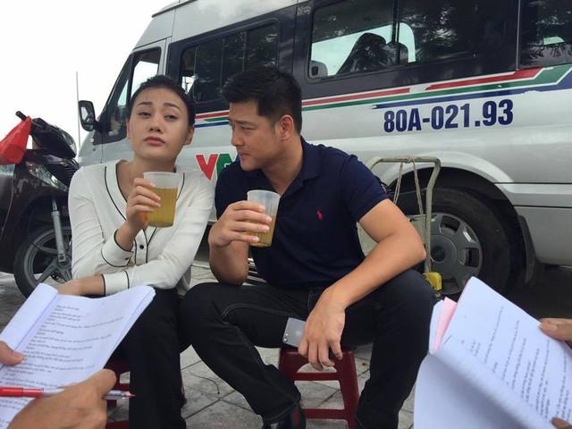 Diễn viên Hải Anh hài hước viết trong giờ giải lao giữa các cảnh quay: Em Quỳnh búp bê cụng bia quen rồi nên không chịu cụng trà đá với mình.