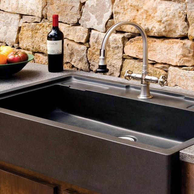 Có thể nhận thấy ngay là việc lắp đặt bồn rửa đôi phức tạp hơn bồn rửa đơn khá nhiều, ống nước ngoằn ngoèo nhiều cút nối. Muốn đơn giản để bớt việc sửa chữa về sau thì hãy chọn bồn rửa đơn, nhưng lưu ý là độ sâu của bồn tối thiểu cũng nên là 18cm để hạn chế tối đa việc nước tràn lênh láng hoặc rớt ra nhà.