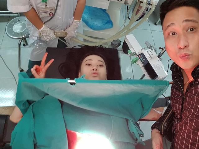 Phương Oanh và Minh Tiệp biểu cảm hài hước trong một cảnh quay.