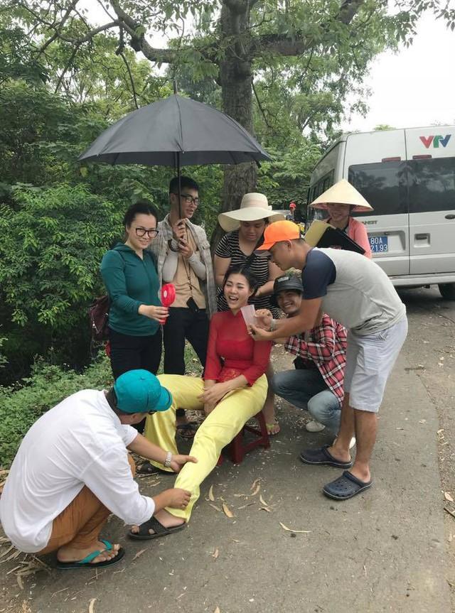 Sau cảnh quay lấy đi nhiều sức lực trong tập 16, Thanh Hương được các thành viên đoàn phim chăm sóc đặc biệt.