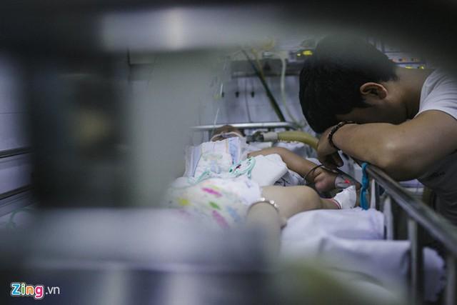 Tình trạng quá tải tại các bệnh viện tuyến trên như bệnh viện Nhi Đồng 1, Bệnh viện Nhi Đồng 2,… đã dẫn đến tình trạng bùng phát sởi và lây nhiễm chéo bệnh sởi, tay chân miệng. Ảnh: Liêu Lãm.