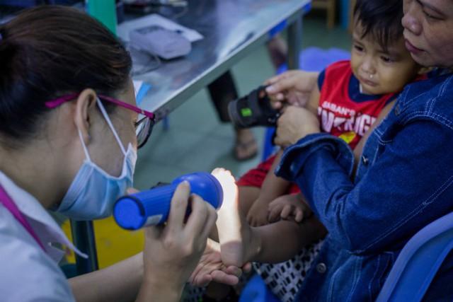 Bác sĩ khám bệnh tay chân miệng cho trẻ tại Khoa Nhiễm, Bệnh viện Nhi đồng 1. Ảnh: Thành Nguyễn.
