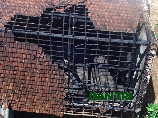 Ngọn lửa thiêu cháy toàn bộ tài sản. Phần mái hư hỏng nặng.