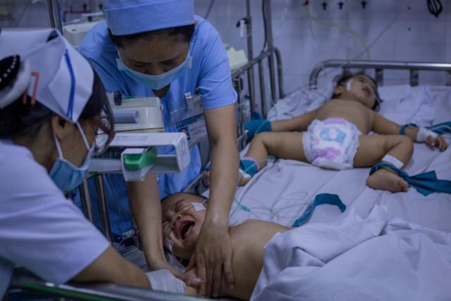 Từ tháng 9/2018, nhiều trẻ mắc tay chân miệng nặng vào điều trị tại các bệnh viện nhi ở TP HCM. Ảnh: Thành Nguyễn.