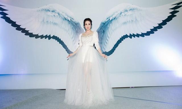 Người đẹp thay nhiều trang phục lộng lẫy trong sự kiện này. Cô khoe vẻ quyến rũ với váy voan xuyên thấu.