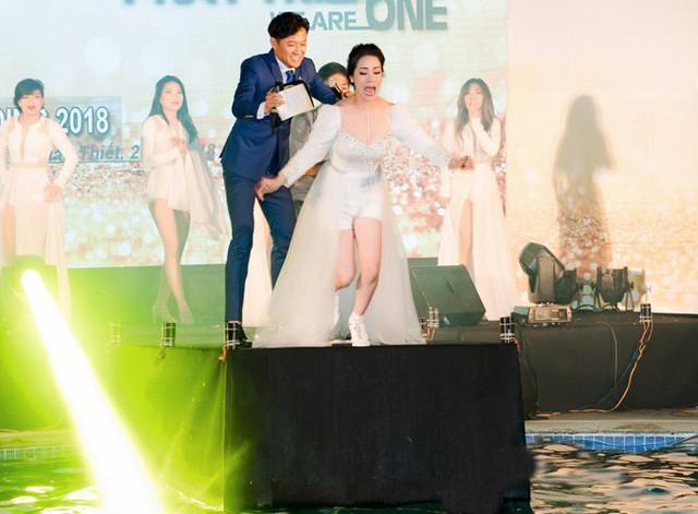 Khi đang giao lưu cùng khán giả trên sân khấu nằm cạnh hồ bơi, Nhật Kim Anh được mọi người thách thức nhảy xuống nước. Quý Bình ra sức cổ vũ và tiếp sức cho nữ ca sĩ bằng cách xô cô rơi thẳng xuống hồ.