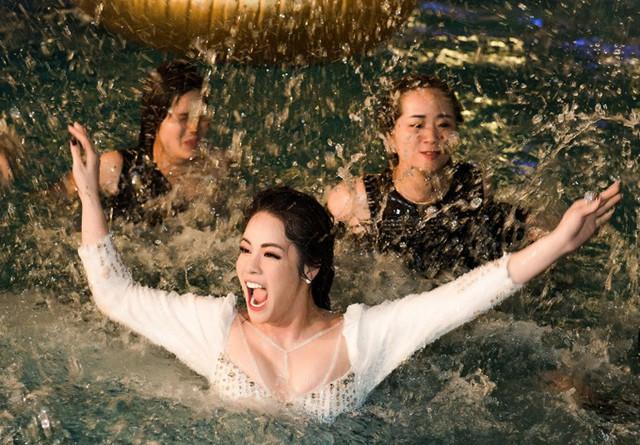 Bị ướt như chuột lột và hơi lo ngại vì không biết bơi nhưng Nhật Kim Anh vẫn rất phấn khích, vui vẻ.