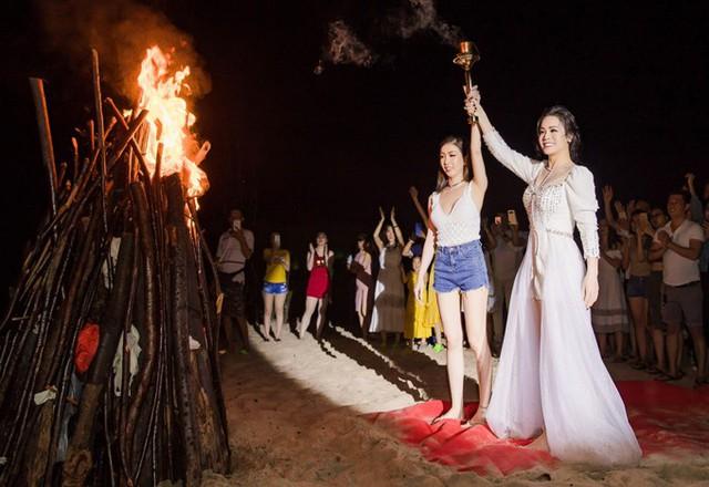 Cô và một cộng sự chung tay thắp lửa trại, cùng tất cả khách mời nhảy múa trên bãi biển.