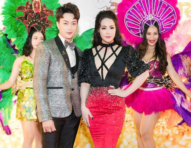 Ca sĩ Titi (vest xám) đang hợp tác kinh doanh cùng Nhật Kim Anh. Anh rất ngưỡng mộ đàn chị về cả khả năng ca hát, đóng phim và điều hành công ty.