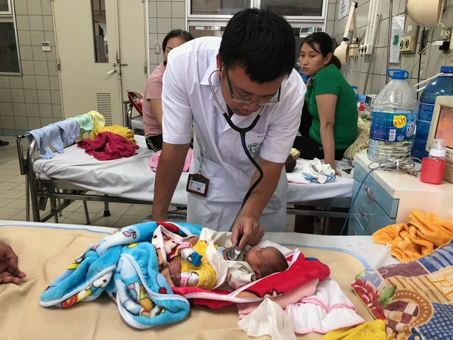 Con của sản phụ Lương Thị Chuyên được cai máy thở, trở về phòng thường và tăng cân đều (ảnh do bệnh viện cung cấp).