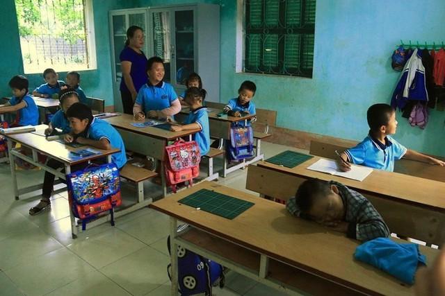 Lớp học 12 học sinh thì mỗi trẻ một tật. Trong ảnh, một trẻ đang ngủ ngay trong giờ học của cô giáo Hội.