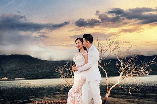 Đôi vợ chồng không ngần ngại dành cho nhau những cái ôm thật chặt, trao nhau ánh nhìn âu yếm và nụ hôn đắm đuối.