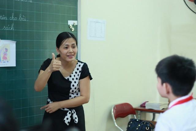 Cô Hiền sử dụng ngôn ngữ ký hiệu để trao đổi với học sinh của mình.