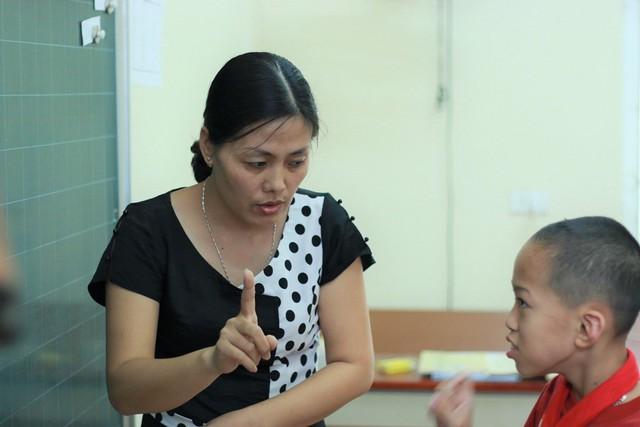 Gần 18 năm dạy học sinh khuyết tật, chị Hiền tâm sự rằng nếu không yêu nghề, không có tình yêu thương dành cho học sinh có lẽ chị không thể trụ lại được.