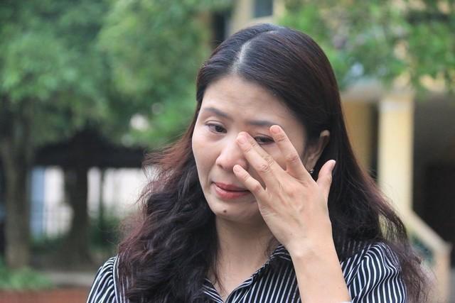 Cô Ái Vân bật khóc khi kể về kỷ niệm với những học trò khuyết tật.