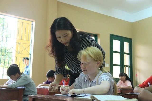 Cô Ái Vân bên học trò mắc chứng bệnh bạch tạng.