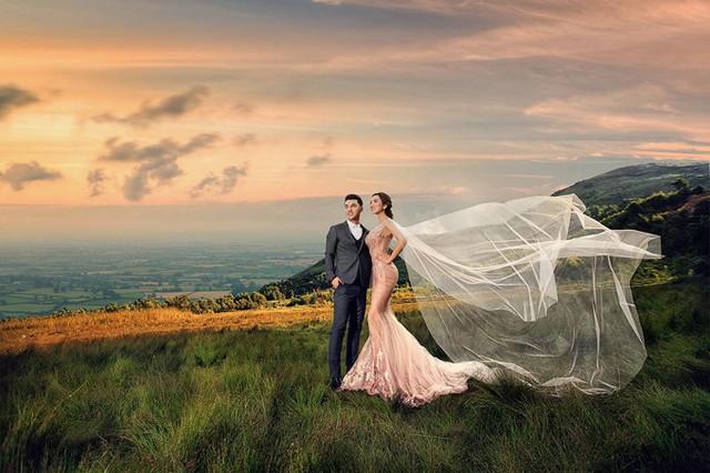 Trong bộ ảnh cưới được thực hiện tại Đà Nẵng, Hội An, cặp đôi phải thức dậy từ 3h sáng để trang điểm, sau đó di chuyển đến những địa điểm xa để có khoảnh khắc lãng mạn dưới ánh bình minh.