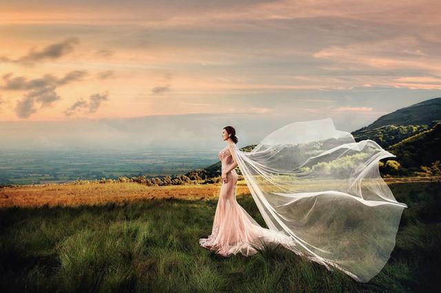 Kim Cương thay rất nhiều bộ váy lộng lẫy.