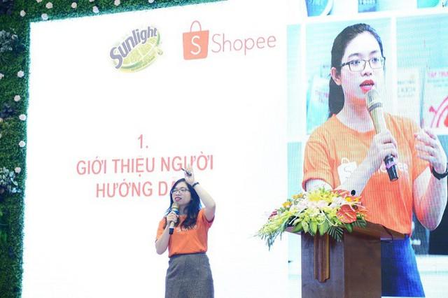 Chị Nguyễn Lê Ly Na_ Quản Trị Cộng Đồng Người Bán Hàng Shopee chia sẻ về cách thức bán hàng online cho chị em phụ nữ tại sự kiện ở Thanh Hóa