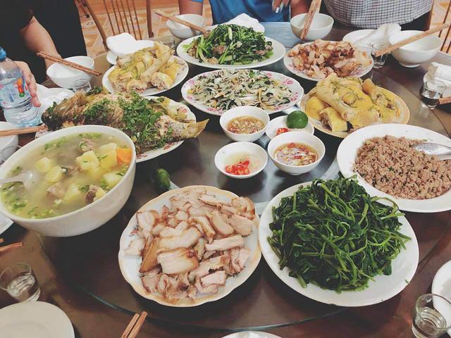 Gà luộc, thịt rang, rau muống, canh khoai.... những món ăn đơn giản, nhưng được trình bày gọn gàng, ngon mắt và đặc biệt rất sạch.
