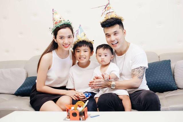 Ưng Hoàng Phúc - Kim Cương bên hai cậu con trai đáng yêu.