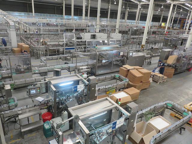 Sữa tươi sạch từ trang trại được chảy khép kín tới nhà máy sản xuất sữa – nơi có các dây chuyền hiện đại nhất thế giới, được điều khiển tự động hoàn toàn, để tạo ra các sản phẩm TH true MILK tươi sạch nhất.