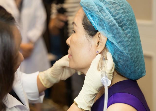 Khách hàng trải nghiệm matxa hệ bạch huyết khởi động liệu trình HydraFacial