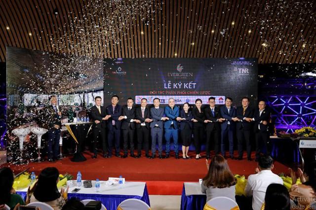 Đại diện lãnh đạo TNR Holdings Việt Nam bắt tay và chụp hình lưu niệm cùng 7 đơn vị phân phối chiến lược dự án EverGreen.