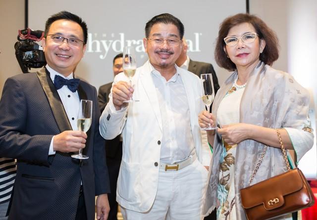 Bác sĩ Lê Hành chúc mừng bác sĩ Xuân Hùng trở thành đối tác chiến lược của HydraFacial tại Việt Nam