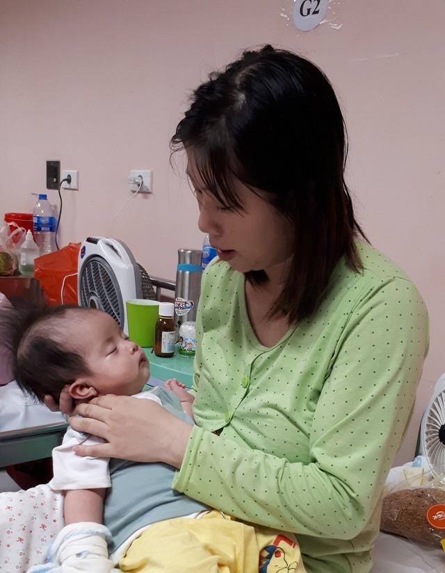 Còn nhỏ bé Giang đã phải chịu đau đớn bởi bệnh nặng.