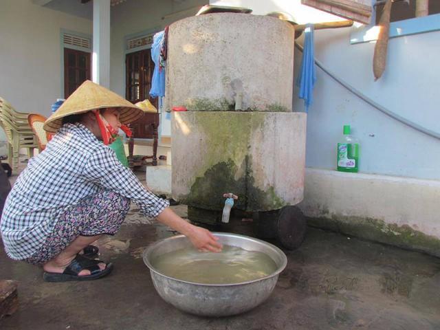 Người dân lo lắng tồn lưu thuốc bảo vệ thực vật ngấm vào nước sinh hoạt nên sử dụng hệ thống lắng lọc để khử mùi. Ảnh: Gia Bình