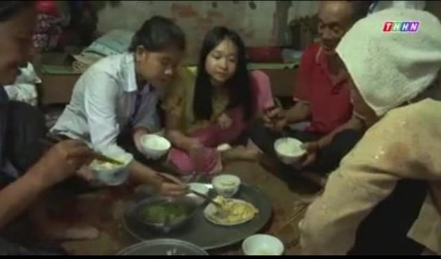 Bữa ăn của 5 người 3 thế hệ trong căn nhà lụp xụp.