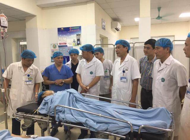 Lãnh đạo Sở Y tế Hà Nội kịp thời thăm hỏi các nạn nhân chiều ngày 2/10. Ảnh: Võ Thu
