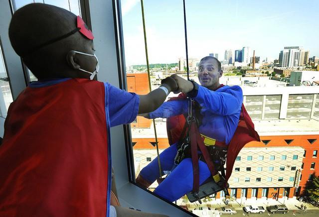 Đâu phải cứ có siêu năng lực mới được làm siêu nhân đâu phải không nào?