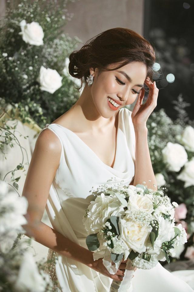 Cuối cùng, Lan Khuê lựa chọn váy cưới trong nước bởi nhiều ưu điểm. Nhà thiết kế Hà Thanh Huy đã gắn bó với cô từ nhiều năm và hiểu ý cô. Chọn váy cưới trong nước, Lan Khuê sẽ có được chiếc váy theo đúng ý mình, đúng concept và đặc biệt là cô có thể theo dõi từng công đoạn thử váy, sửa form ngay trên đúng nguyên mẫu...          Trong những hình ảnh được tiết lộ trước giờ G, Lan Khuê chọn 3 mẫu váy dáng ôm, tôn lên đường cong gợi cảm của cơ thể. Hai chiếc váy được may bằng vải lụa cao cấp dáng hai dây cổ chữ V sâu, dáng cổ đổ có thêm tà phụ phía sau lấy cảm hứng từ thời trang Hy Lạp và một chiếc váy chất liệu xuyên thấu đính đá lộng lẫy.          Tất cả các thiết kế này đều mang hơi thở của thời trang đương đại, tối giản (minimalist) nhưng vô cùng sang trọng.          Hiện tại, Lan Khuê cho biết cô rất hồi hộp và mong đợi đến ngày cưới. Mặc dù đã trình diễn nhiều bộ sưu tập cưới, nhưng đây vẫn là show diễn áo cưới đặc biệt nhất mà cô từng tham gia. Bởi bạn diễn của cô sẽ là người đàn ông sẽ chung sống với cô suốt đời...  Tôi đang mong chờ từng ngày để đến show diễn của chính mình. cô nói.  Theo Ngôi sao