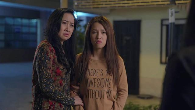 Bà Linh và Trinh bị Hương đuổi ra khỏi nhà.