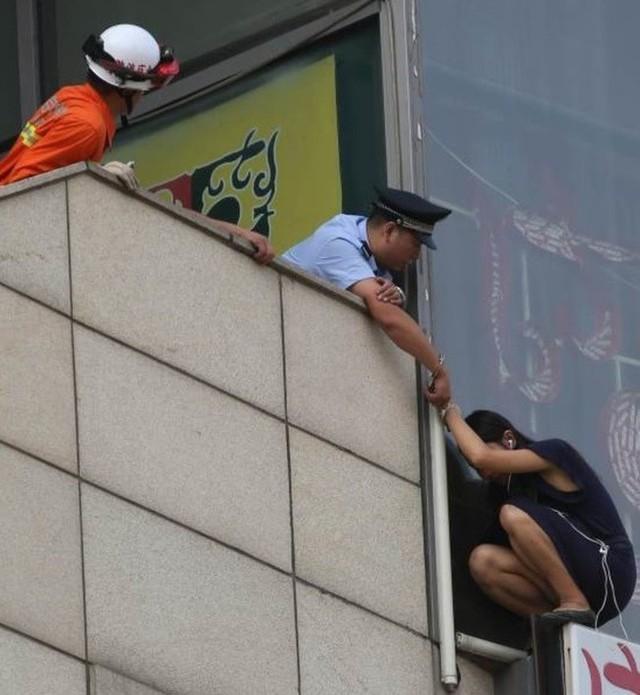 Viên cảnh sát tự còng tay mình vào tay cô gái trẻ để ngăn cô nhảy lầu tự sát.