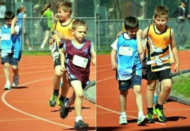 Bé trai áo xanh đã bật khóc vì bị bỏ lại một quãng xa trong cuộc chạy đua, nên cậu bé áo vàng đã chấp nhận hi sinh vị trí thứ hai của mình để an ủi và khoác vai đối thủ về tới vạch đích.