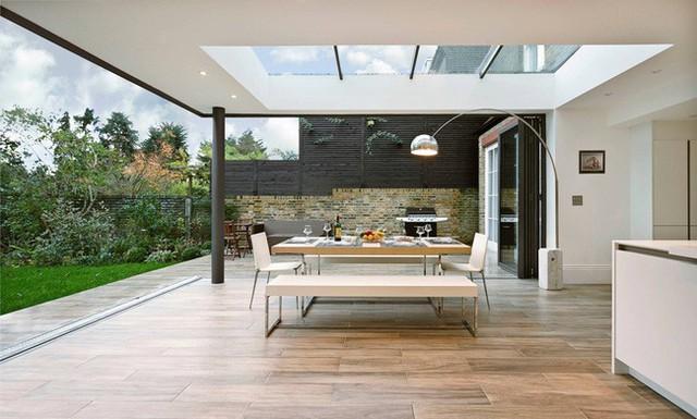 Phòng có cửa có thể thu nhỏ làm mờ ranh giới giữa trong nhà và ngoài trời, nhưng một mái nhà bằng kính thực sự thổi phồng không gian mở ra ngoài trời.