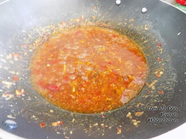 Cuối cùng cho cá vào rim nhỏ lửa, trở đều con cá để cá thấm gia vị. Khi nước sốt gia vị hơi cạn thì bạn tắt bếp, cho hành lá thái khúc vào.