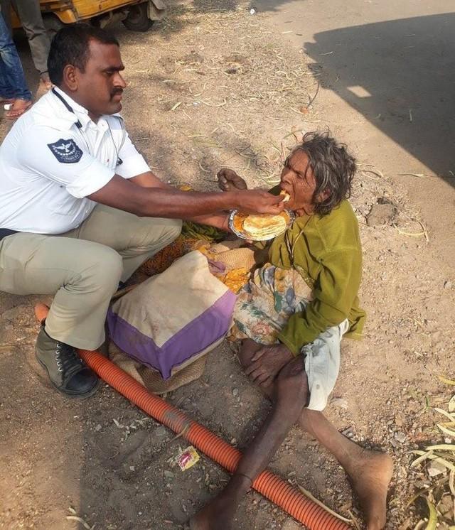 Viên cảnh sát Ấn Độ đích thân bón cho bà cụ vô gia cư, người đã quá già yếu để có thể dùng chính sức mình cầm thìa ăn.