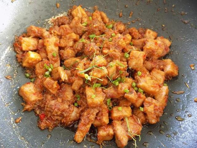 Trình bày: Thịt nạc rim khô cho ra dĩa, rắc hành lá. Món này ăn nóng với cơm rất ngon.