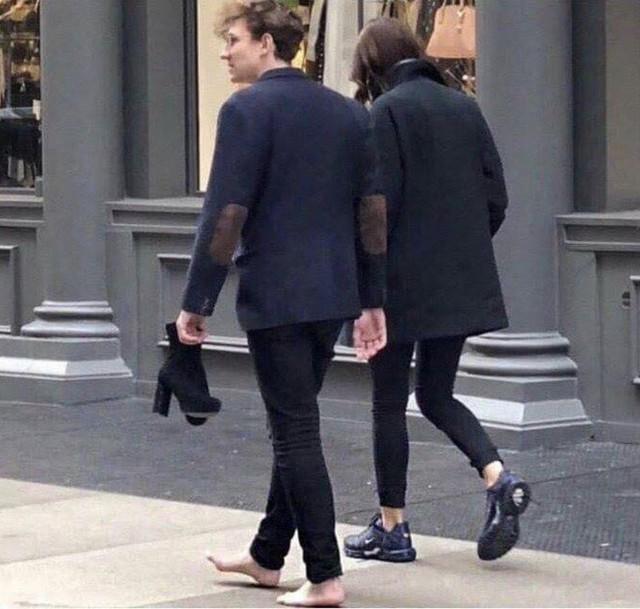 Soái ca đích thực này đã đưa đôi giày thể thao cho bạn gái sau khi đôi cao gót của cô bị gãy đế, còn anh thì đương nhiên phải đi chân đất rồi!