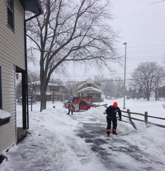 Cụ ông gần nhà tôi đang cào tuyết trước lối đi vào nhà thì lên cơn đau tim. May mắn thay, các nhân viên y tế đã có mặt kịp thời để đưa ông cụ vào bệnh viện, còn họ thì tiếp tục ở lại để dọn nốt chỗ tuyết ngoài cửa nhà ông.