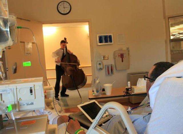Chàng nhạc sĩ trẻ này đã tới biểu diễn trước cửa tất cả các phòng bệnh nhân tại một trung tâm điều trị ung thư.