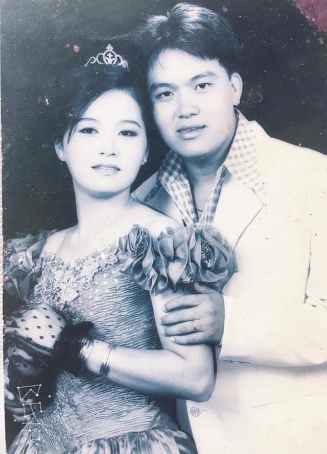 Ảnh cưới của vợ chồng Hoàng Mập hơn 20 năm trước.