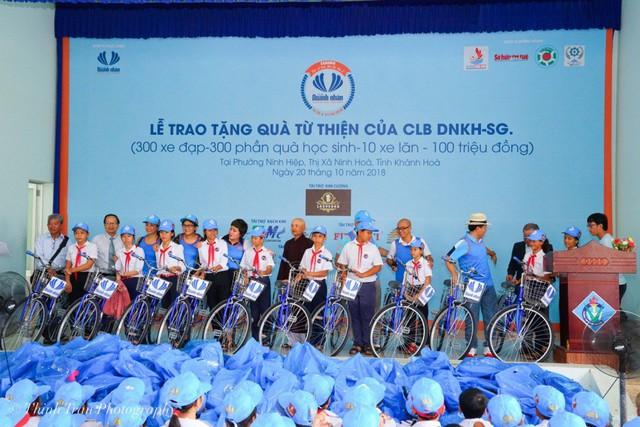 """""""Bà Nguyễn Thị Thanh Tú ( đứng thứ 9 từ trái qua ) cùng các nhà hảo tâm tặng xe cho các em học sinh, mong các em đến trường dễ dàng hơn"""""""