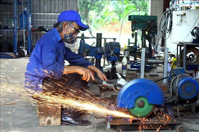Dù tuổi đã cao, ông Lê Duy Hoan vẫn miệt mài, đam mê sáng chế các sản phẩm hữu ích phục vụ đời sống sản xuất. Ảnh: Tá Chuyên