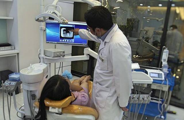 Nhiều biến chứng xảy ra khi bọc răng sứ khiến nhiều người ngán ngẩm